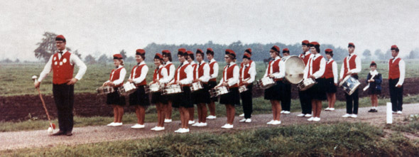 Drumfanfare Sint Brigda omstreeks 1970. Tambourmaitre is Ad Couwenberg.